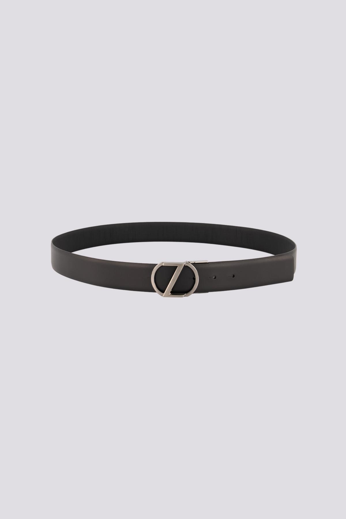 Cinturón de cuero negro marca ZZegna con hebilla de metal plateado.