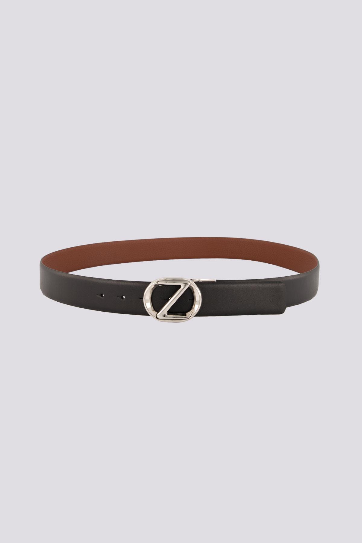 Cinturón de cuero negro y café marca ZZegna con hebilla de metal plateado.