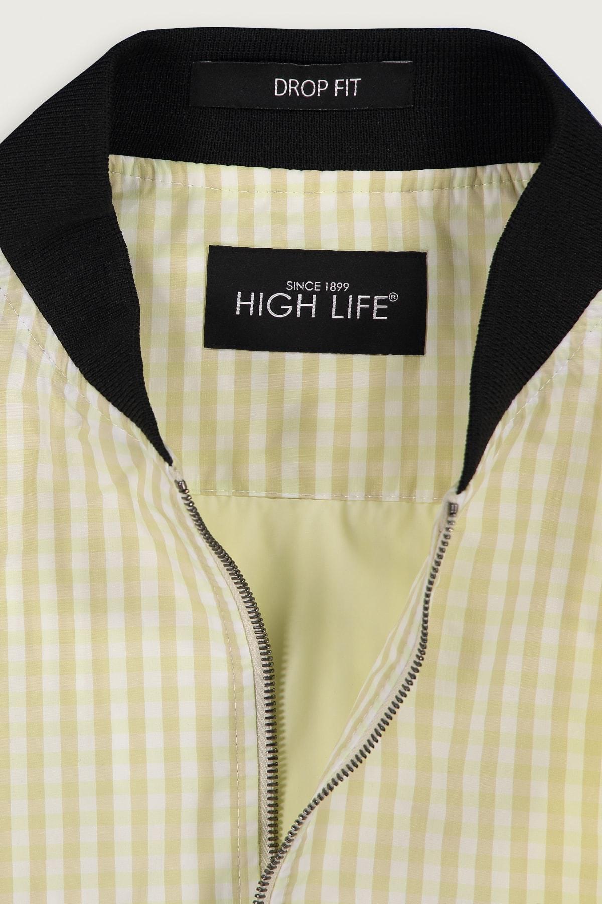 Chamarra High Life corte Slim, amarilla con Rayas a contraste.