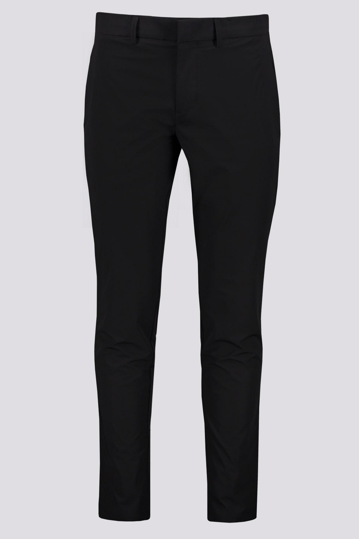 Pantalón slim fit marca BOSS  en tejido elástico técnico repelente al agua color negro